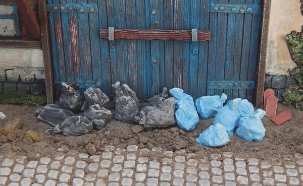 Müllsäcke blau und schwarz je 10 Stück lose Modell von Juweela 1:35